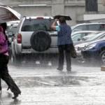"""""""Karina"""" y ondas tropicales mantienen con lluvias al país"""