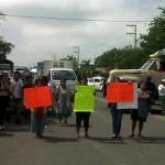 Empleados municipales bloquean carretera en Morelos