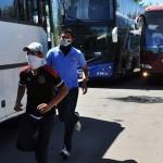 Normalistas de Michoacán retienen autobuses para trasladarse a Guerrero