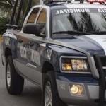 Policía Municipal de Mazatlán detiene jóvenes por golpear automóvil con balón