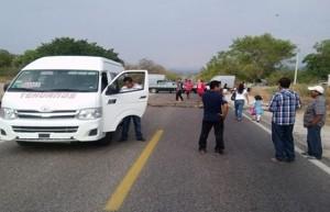 Funcionarios_Bloquean_carretera_Oaxaca_Alcaldes_de_Mexico