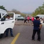 Funcionarios municipales bloquean carretera en Oaxaca