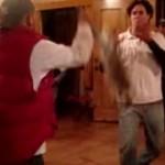 Exhiben a candidato del PVEM jugando con liebre muerta (Video)