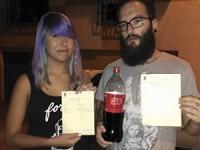 Ilegal comer y beber refresco en las calles de municipio español