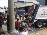 Ciudadanos vacían camión de basura frente a Palacio Municipal en Veracruz