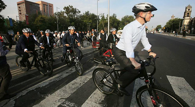 Pan_viaja_en_bici_Dia_Mundial_Sin_Auto_Alcaldes_de_Mexico_Septiembre_2015