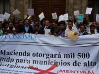 Alcaldes de municipios marginados protestan frente a la SHCP