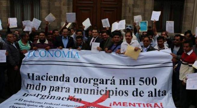 Alcaldes_protestan_frente_a_SHCP_Alcaldes_de_Mexico_Diciembre_2015