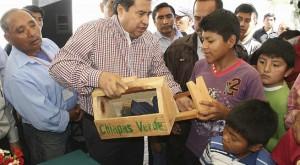 Diputado_regala_cajas_bolero_a_niños_Chiapas_Alcaldes_de_Mexico