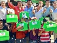 Diputado regala cajas para bolear a niños de Chiapas