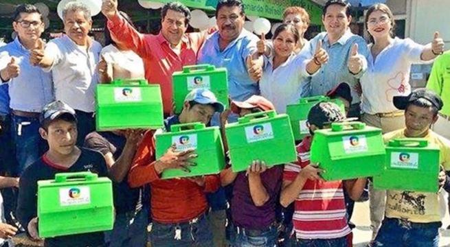 Diputado_regala_cajas_bolero_a_niños_Chiapas_Alcaldes_de_Mexico_Diciembre_2015