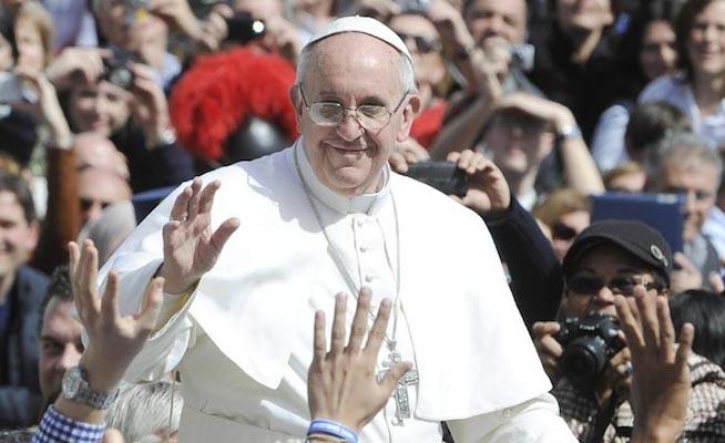 Francisco I saluda desde el papamóvil a los presentes en la plaza de San Pedroefe
