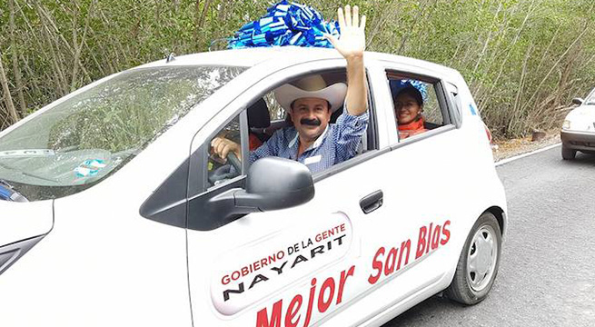 Alcalde_San_Blas_regala_autos_Alcaldes_de_Mexico_1