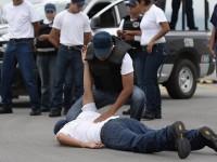Saltillo suspende a policías captados en video golpeando a tres personas