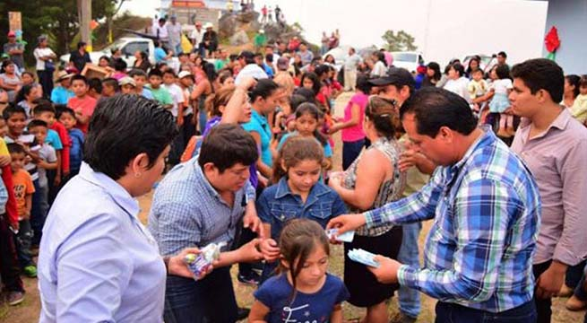 Alcalde_de_Chiapas_regala_billetes_de_20_pesos_Alcaldes_de_Mexico_Abril_2016
