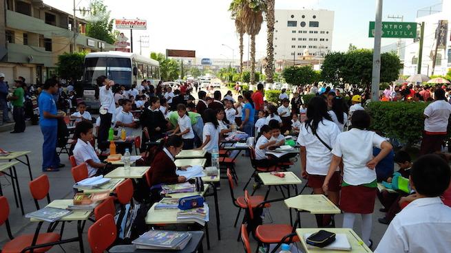 Protestan-profesores-y-estudiantes-en-Guerrero