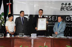 60611153. Zacatecas, 12 Jun. 2016 (Notimex-Especial).- El Instituto Electoral del Estado de Zacatecas entregó la Constancia de Mayoría a Alejandro Tello Cristerna, que lo acredita como gobernador electo de la entidad. NOTIMEX/FOTO/ESPECIAL/COR/POL/VOTO16/ZAC