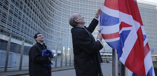 BÉLGICA UE REINO UNIDO:BRU2 BRUSELAS (BÉLGICA) 16/02/2016.- Un responsable iza la bandera de Reino Unido ante la sede de la Comisión Europea de cara a la visita del primer ministro británico, David Cameron, a la Comisión Europea, en Bruselas (Bélgica) hoy, 16 de febrero de 2016. Cameron se reúne hoy con los presidentes de la Comisión Europea y la Eurocámara, y con líderes políticos, para intentar un acuerdo que permita al Reino Unido permanecer en la UE. EFE/Olivier Hoslet