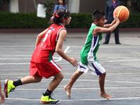 Alcalde pide a entrenador de niños triquis cuotas para usar su propia cancha