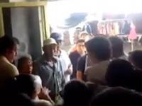 VIDEO: Pobladores sacan a empujones de su oficina a funcionaria de Hidalgo