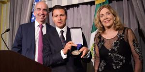 Enrique_Peña_Nieto_recibe_premio_al_Estadista_Alcaldes_de_Mexico_Septiembre_2016