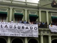 Alcaldes de Veracruz 'clausuran' el Palacio de Gobierno para exigir entrega de presupuesto