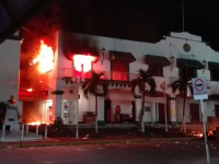 Incendian palacio municipal de Catemaco; vandalizan edificios públicos y casa de alcalde