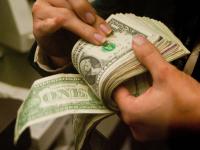 Banxico vende al menos mil millones de dólares para detener caída del peso