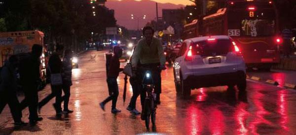 Iluminar las calles, más que sólo postes