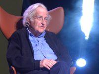 Representación científica ausente en políticas económicas y sociales: Chomsky