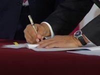 Firma López Obrador iniciativa para derogar la reforma educativa y que eliminaría al INEE